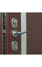 Красная дверь с хромированной ручкой