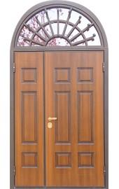 Двустворчатая входная дверь в дом арочная